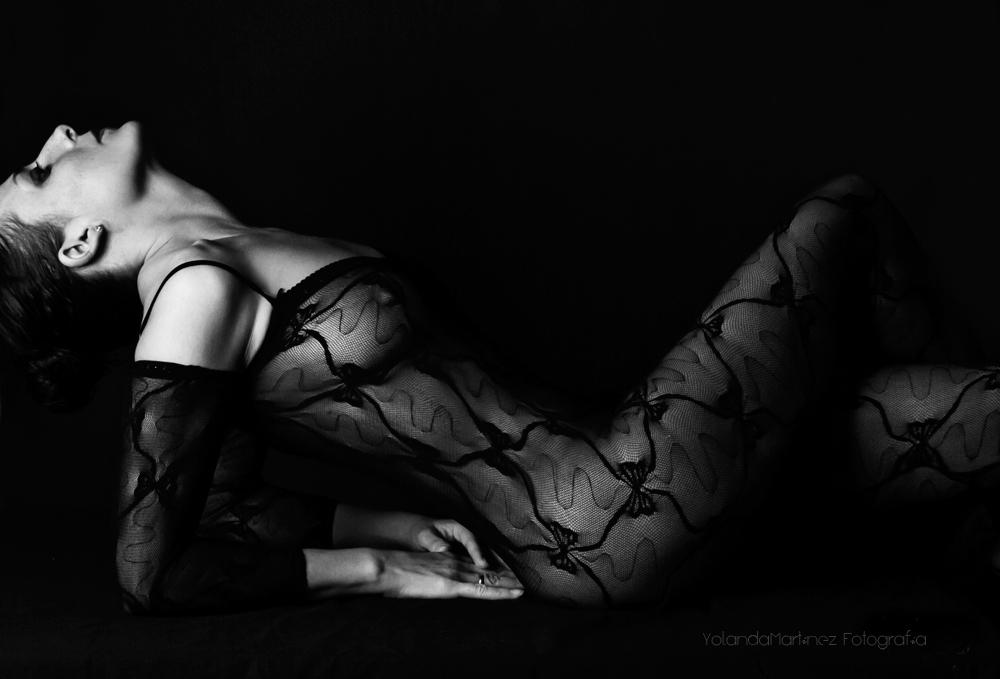Sensual, solo para ti. Fotografía boudoir. Tratamiento en blanco y negro con alto contraste.