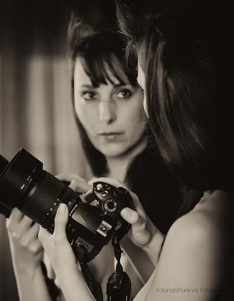 Reflejo. Autorretrato frente al espejo. Tratamiento en blanco y negro.
