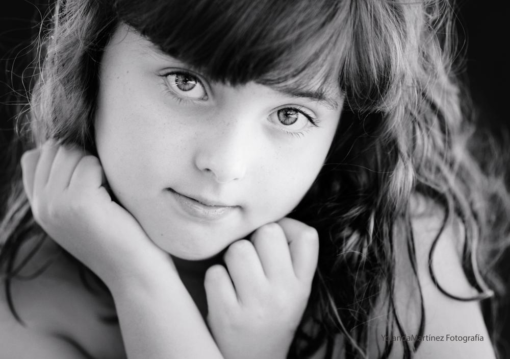 Mirada de un angel. Fotografía infantil en blanco y negro. Yolanda Martínez (Yolandamf)